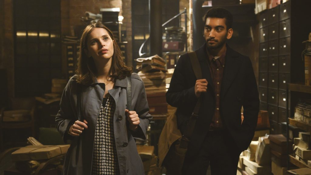 Ellie (Felicity Jones) e Rory (Nabhaan Rizwan) no novo romance da Netflix baseado no livro de Jojo Moyes